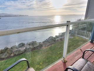 Enjoy beautiful ever-changing views from this bay front condo!