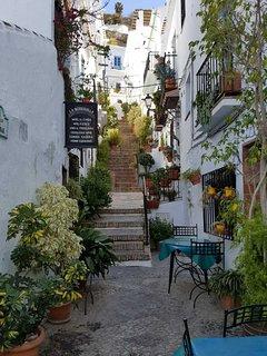 Een van de vele authentieke straatjes van Frigiliana met de vele restaurantjes.