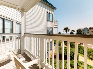 NEW LISTING! Cozy, waterfront condo w/resort amenities, shared pools & hot tub