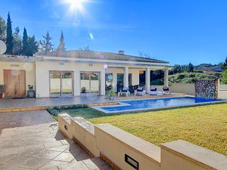 Fantastic 5-Bedroom Villa Claveller with PRIVATE POOL & TERRACE and BBQ