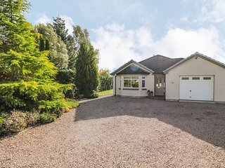 NUMBER 11, enclosed garden, hot tub, in Beauly