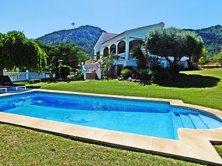 Luxury family villa with panoramic views, pool, garden, wifi