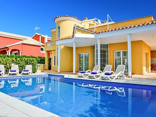 3 bedroom Villa with Air Con, WiFi and Walk to Beach & Shops - 5718599