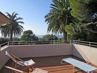 2 bedroom Apartment with Air Con, WiFi and Walk to Beach & Shops - 5719092