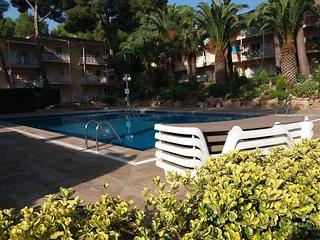 Appartement dans residence avec  piscines et jardin. A cote de la Crique du Pi.