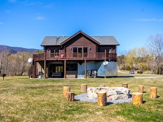 Poppy's Hideaway on the Shenandoah River with huge lawns and hang-out areas