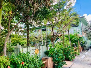 Relaxed Beach living - 1 Bed/1 Bath with Private Garden - Steps to the ocean!