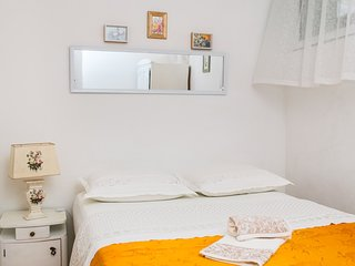 Spacious apartment in the center of Podgora with Parking, Internet, Washing mach