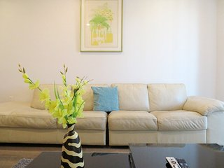 3 Bed/2 Bath w/ Large Leather Sofa & WiFi (S25)