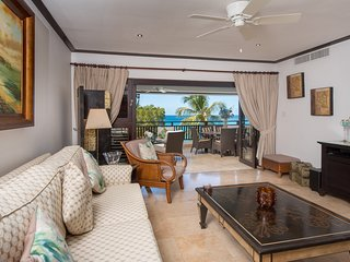 ELEGANTLY FURNISHED BEAUTIFUL BEACHFRONT APARTMENT. SEA VIEWS. PRIVATE HOT TUB.