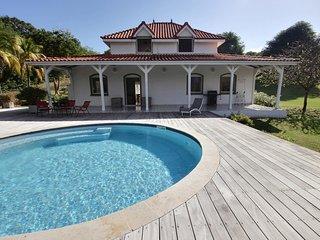 Villa creole de standing avec piscine au sel et immense jardin