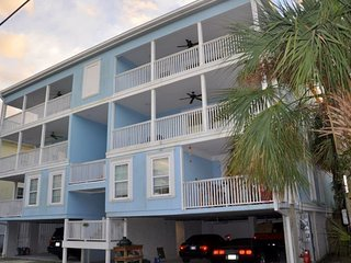 Tybee Retreat (Units 2 & 4) 7 bedroom 6 bath -the ocean is at end of the block