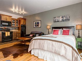 Downtown Park City! Free Shuttle- Hot Tub/Pool- Walk to Eateries & Shops-Parking