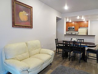 3 Bed/2 Bath w/ King Bed & Large Dining Table (S36)