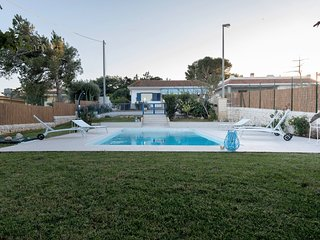 Villa with pool, 150 metres from the sea
