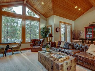 Elite 4 BR luxury home in Sunriver. Private hot tub, 10 SHARC passes, bikes for
