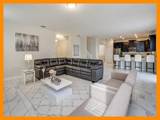 Championsgate 300 - modern villa with pool, spillover tub and game room, nr Disn