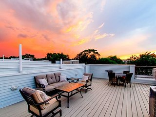 Brand-New Deluxe 3BR w/ Rooftop Deck & Downtown Views