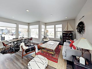 Contemporary 3BR Townhome w/ Mountain Vistas, 5-Min Walk to Downtown & Trails