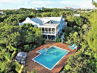 All yours! Large swimming pool with shallow steps