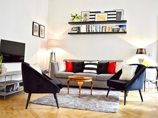 Sleek Stylish Quiet Apartment with 2 bath Old Town 1 min