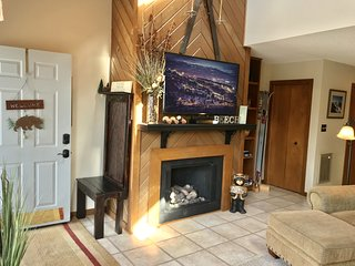 2BR/2BA Home w/ AMAZING View-Walk to Town, Shops, restaurants, and Beech slopes!