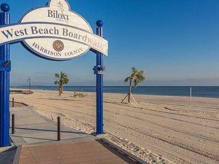 Perfectly located-close to the beach, restaurants, and shopping