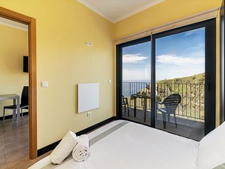 On the cliffs with ocean view, perfect for walking – Top of the Cliff Apartment