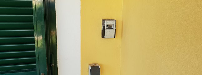 Entrada independiente con caja de seguridad para llaves