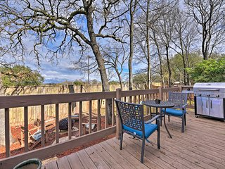 NEW! Home w/Fire Pit & Deck - 3 Mi. to Kyle Field!