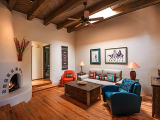 Alegre - Darling Vacation Home, Kiva Fireplace, Walk to the Plaza
