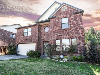 3 BRM HOUSE 5MINS AWAY FROM SEAWORLD/LACKLAND/SIX-FLAG/DOWNTOWN