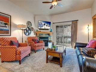Spacious Top Floor w/Elevator-Hot Tub-Garage Parking-5min to SKI- FREE Bus Route
