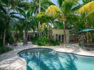 Lush! 4bed, 3 1/2 Bath Heated Saltwater Pool - Cls to Beach!