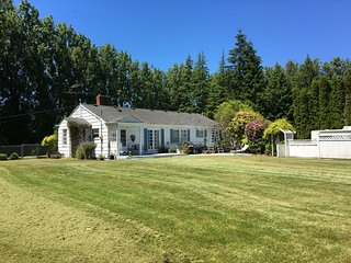 Animal Friendly, Cozy Cottage on an Acre, near SEATAC Airport
