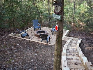 ALONE AT LAST- 2BR/1BA- Beautiful Outdoor Fire-Pit, Hot Tub