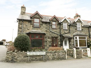 Heulwen cottage with a sea view and private parking 2 min walk to beach
