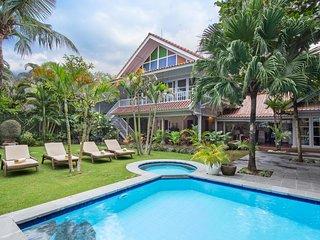 Tropical White 3BDR Seminyak Pool Villa