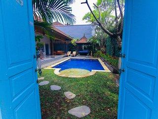 Villa Blue Biru