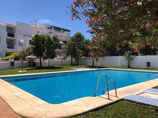 Apartamento con piscina en La Atalaya para 6 persona, terraza y a 250m. playa