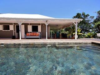 Villa Neivy: à 100 m de la plage avec grande piscine