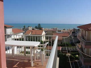 Spacious apartment close to the center of Marina di Ragusa with Parking, Washing