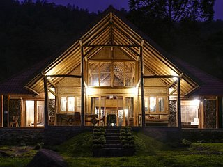 Charming chalet by the lake in Kintamani, vacation rental in Toya Bungkah
