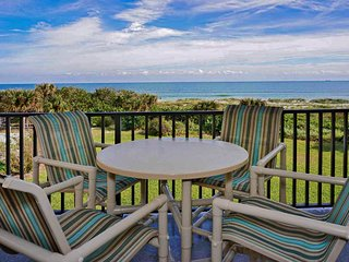 Bright DIRECT Oceanfront Corner Condo. On the Beach! Amazing Views!