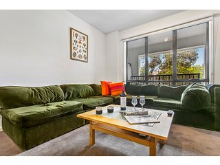 Funky apartment in cool neighbourhood, walk to CBD