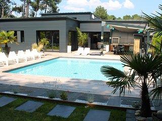maison contemporaine avec piscine chauffee pour 6
