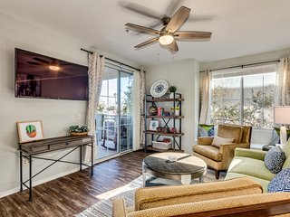 Central PHX Luxury Condo, Sleeps 8, Two Pools, Wifi, Cable, Garage, Quiet, Gated