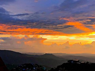 Baguio Vacation House with Amazing Sunset and Mountain View