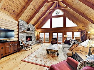 Stunning Mountain Views! 4BR w/ Beautiful Furnishings, Game Room & Large Deck