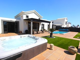 WOW!! Villa Mavalosa 2 bed Villa with Hot Tub and Heated Pool in Playa Blanca